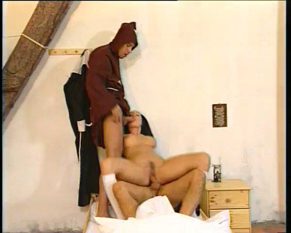 заставляющий секс с монашками